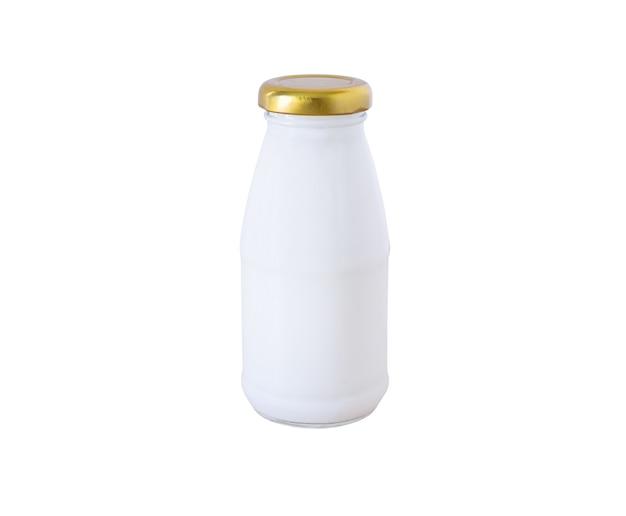 Garrafa de leite isolada no fundo branco com traçado de recorte