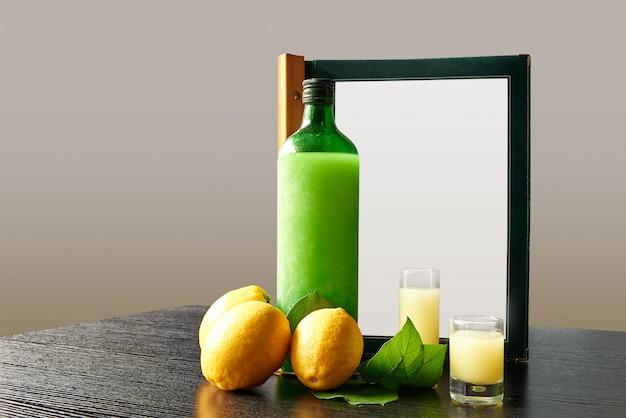 Garrafa de lemoncello com óculos e menu de pedidos