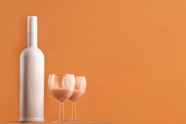 Garrafa de licor de café branco cor de leite e copos