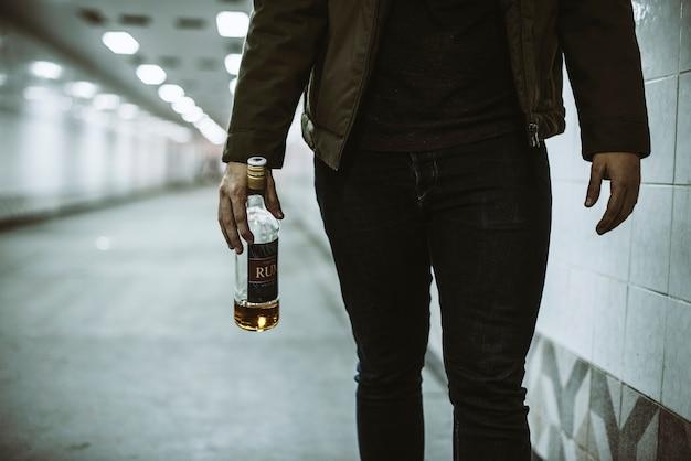 Garrafa de licor segurando sem teto alcoólicas
