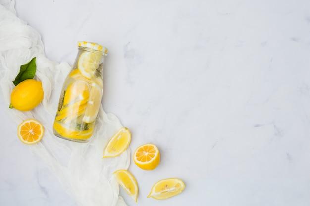 Garrafa de limonada vista superior com limões