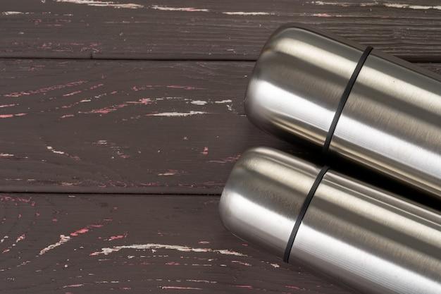 Garrafa de metal garrafa térmica de alumínio recipiente fechar na mesa