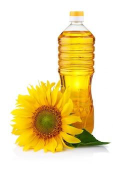 Garrafa de óleo de girassol com flor isolado no branco