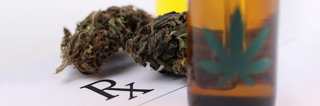 Garrafa de óleo de maconha e erva com receita médica