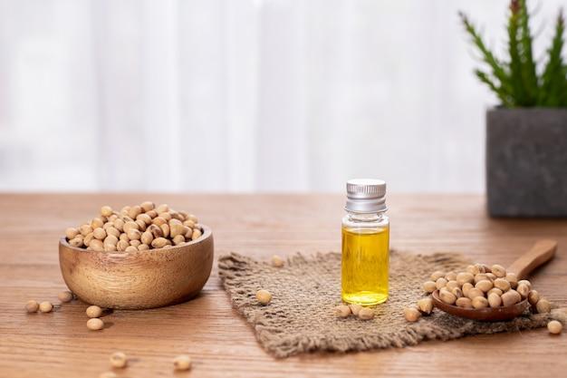 Garrafa de óleo de soja na mesa de madeira.
