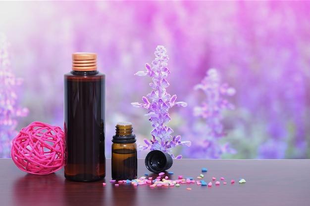 Garrafa de óleo essencial de aroma ou spa com fundo de flor de lavanda