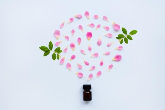 Garrafa de óleo essencial de rosa para aromaterapia em branco