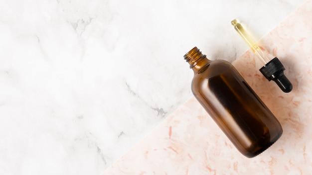 Garrafa de óleos em fundo de mármore
