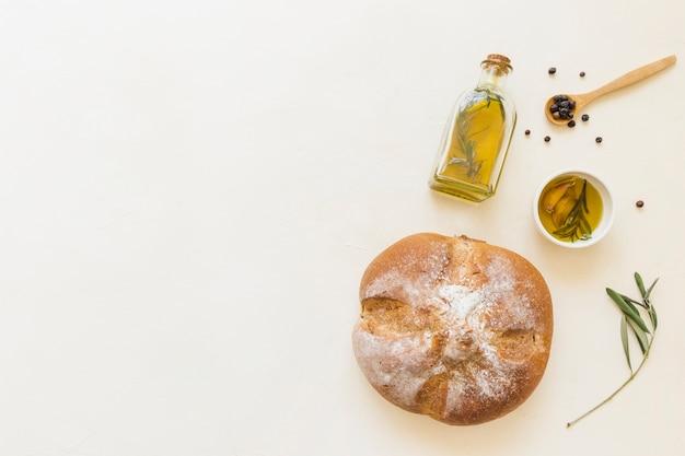 Garrafa de pão e prato de azeite com colher
