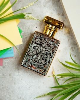 Garrafa de perfume em cima da mesa