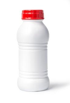 Garrafa de plástico branca isolada no branco com traçado de recorte