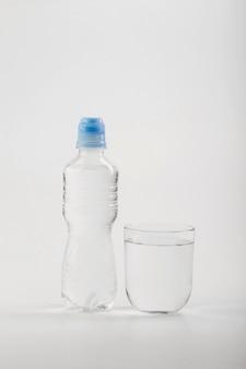 Garrafa de plástico com água e copo