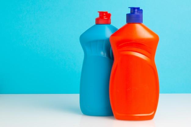 Garrafa de plástico com detergente para lavar louça. produtos químicos domésticos.