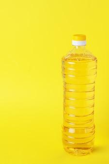 Garrafa de plástico com óleo vegetal. copie o espaço.