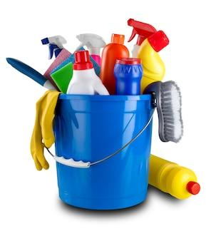 Garrafa de plástico com produtos químicos domésticos e balde no fundo branco