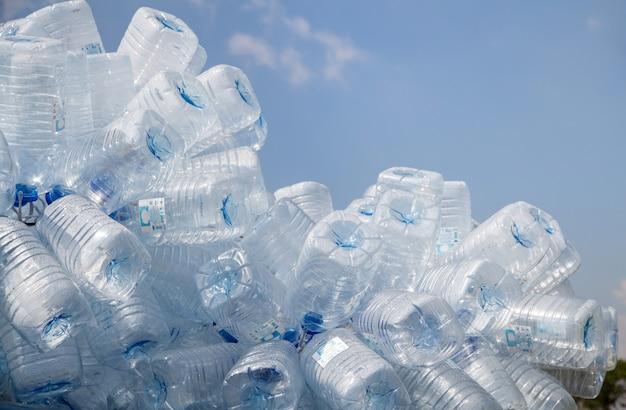 Garrafa de plástico com tampas para reciclagem de resíduos