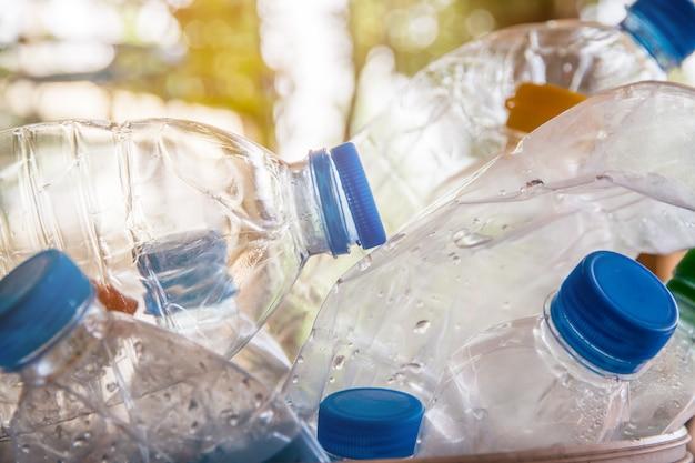 Garrafa de plástico com tampas para reciclar resíduos, grande parte do conceito de separação de resíduos de garrafa de água