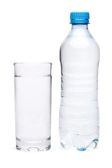 Garrafa de plástico de água potável e vidro isolado no fundo branco com traçado de recorte