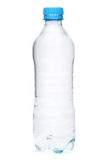 Garrafa de plástico de água potável, isolada no fundo branco com traçado de recorte