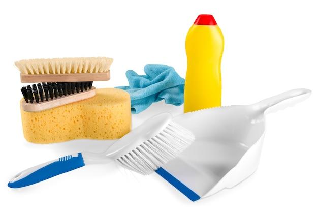 Garrafa de plástico e esponjas de limpeza em fundo branco
