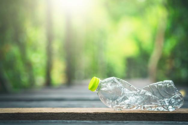 Garrafa de plástico e verde natural