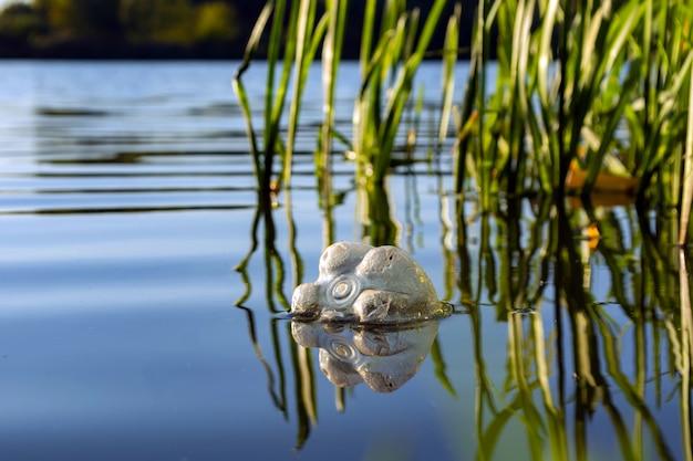 Garrafa de plástico flutuando no rio. conceito de poluição da água