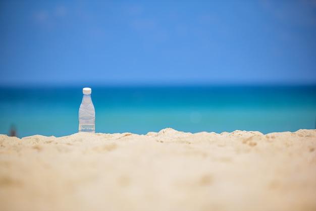 Garrafa de plástico na areia