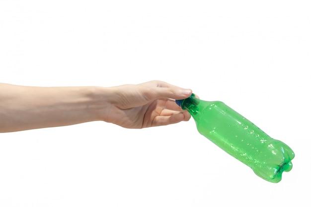 Garrafa de plástico na mão dos homens isolado no branco