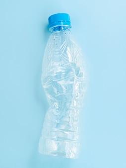 Garrafa de plástico no fundo azul