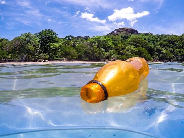 Garrafa de plástico no oceano, reciclagem
