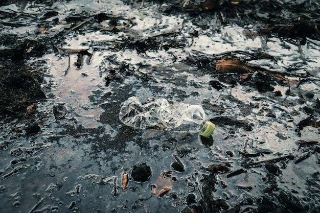 Garrafa de plástico no rio