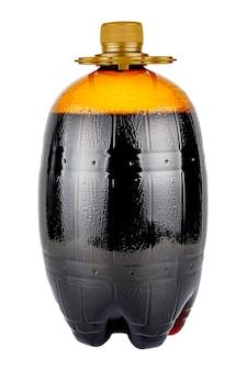 Garrafa de plástico transparente marrom em forma de barril com bebida isolada no branco