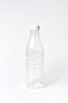 Garrafa de plástico vazia transparente para água ou outro líquido sobre um fundo claro. lugar para texto.