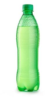 Garrafa de plástico verde com gotas isoladas em branco