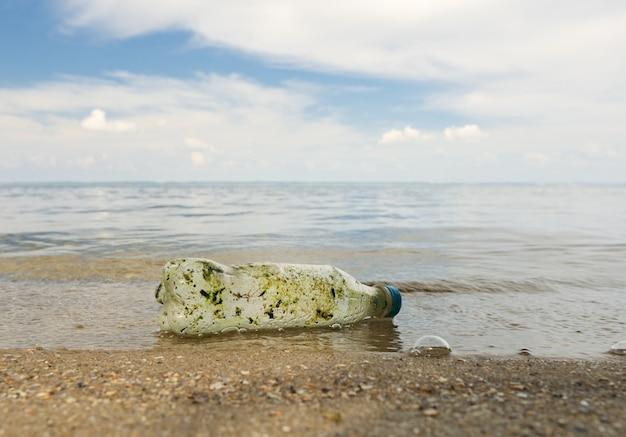Garrafa de plástico wafter uma longa deriva no oceano