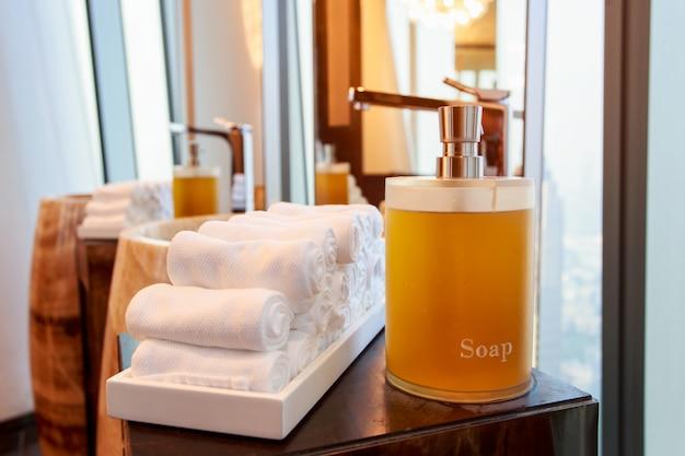Garrafa de sabonete líquido na banheira no banheiro moderno em casa, hotel