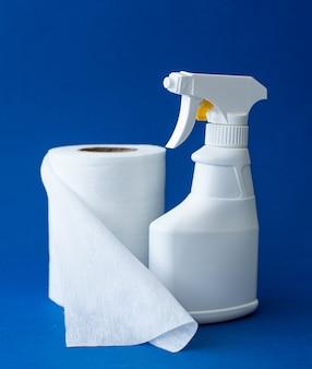 Garrafa de spray com detergente e guardanapos de pano