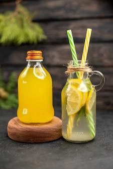 Garrafa de suco de laranja com limonada fresca na placa de madeira