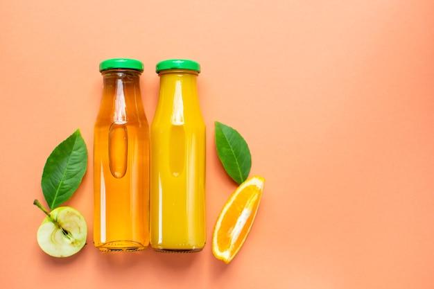 Garrafa de suco de laranja fresco suco de maçã flat lay copy space vista superior