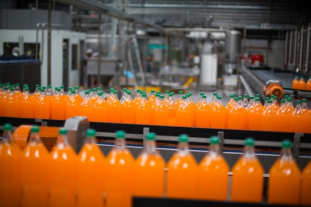 Garrafa de suco de processamento na linha de produção