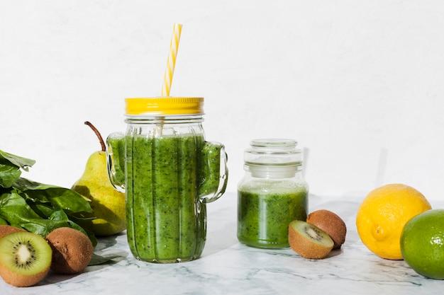 Garrafa de suco verde com frutas frescas