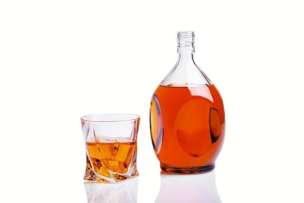 Garrafa de uísque com copo