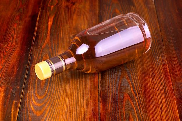 Garrafa de uísque em uma mesa de madeira.