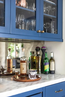 Garrafa de uísque na bancada da cozinha