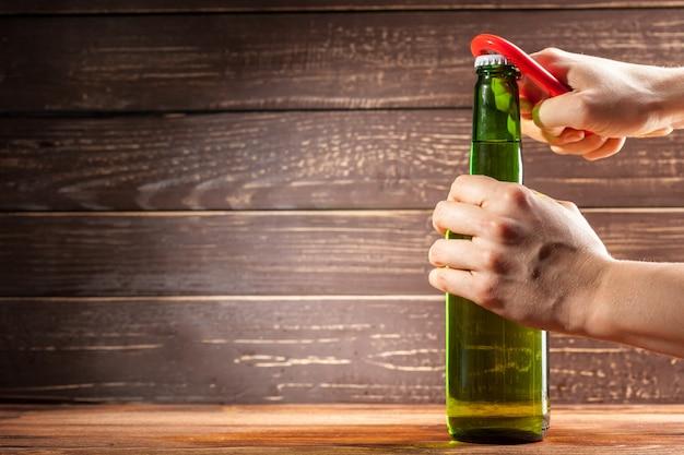 Garrafa de vidro de cerveja e abridor
