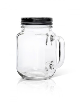 Garrafa de vidro transparente com tampa de alumínio preto isolada no fundo branco