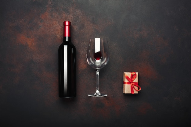 Garrafa, de, vinho, caixa presente, saca rolhas, e, wineglass, ligado, enferrujado, fundo