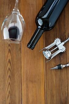 Garrafa de vinho com placa de madeira rústica do corckscrew do copo de vinho, espaço da cópia.