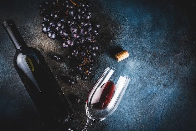 Garrafa de vinho com vidro e uvas