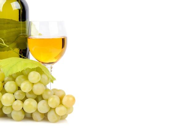 Garrafa de vinho, copo e uvas isoladas em branco
